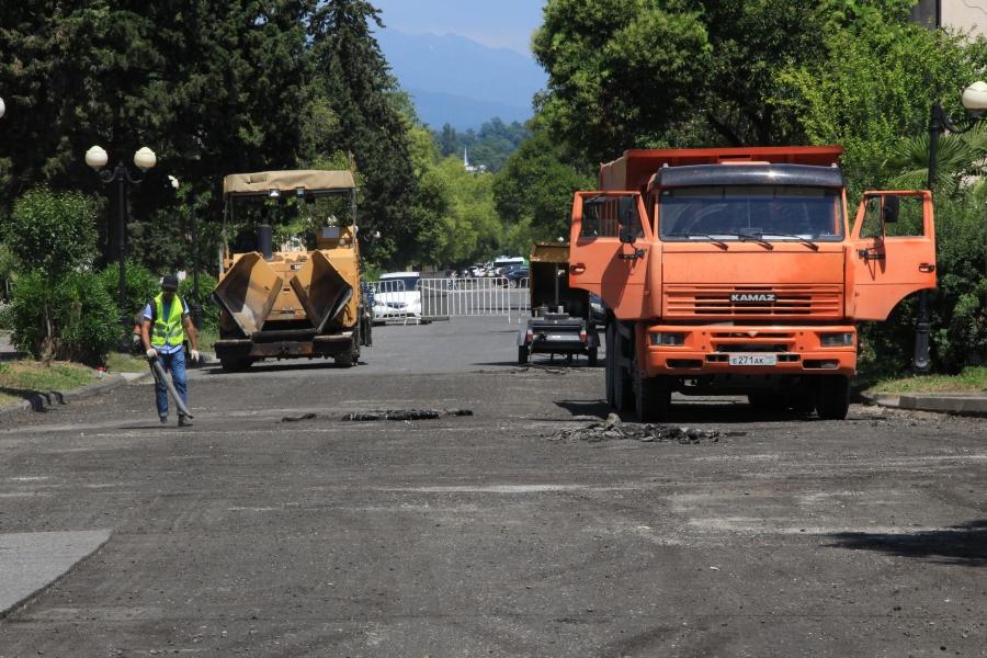 Дорожно-ремонтно-строительным Управлением администрации города Сухум проводится ремонт дорог столицы (видео)