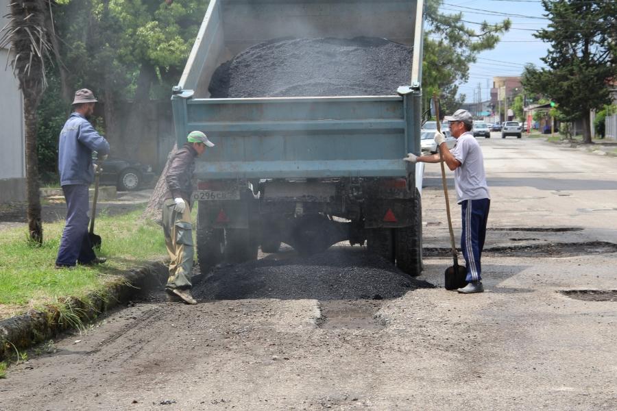 В Сухуме начался ямочный ремонт асфальтового покрытия